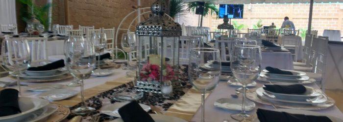 Mesas de banquete en renta para eventos puedes incluir meseros y bartenders
