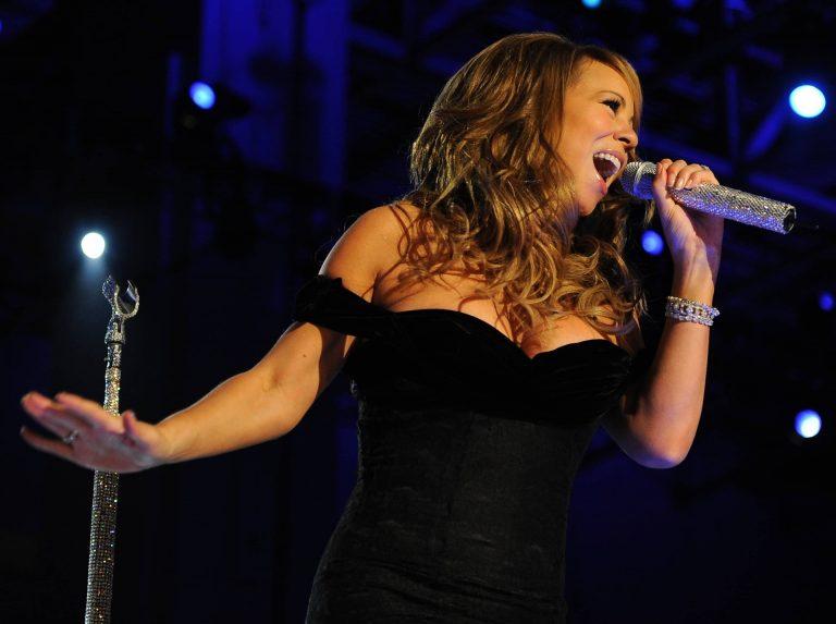 cantante en evento virtual de fin de año